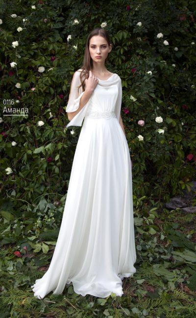 Прямое свадебное платье с полупрозрачным рукавом оригинального кроя.