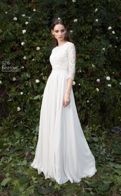 Свадебное платье с рукавом ¾ из плотного кружева и округлым декольте.