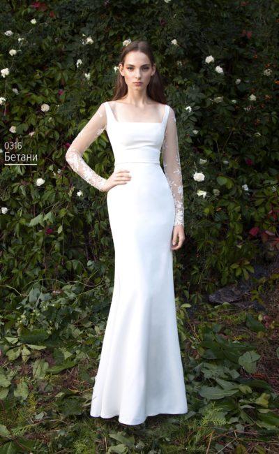 Облегающее свадебное платье с вырезом каре и длинным кружевным рукавом.