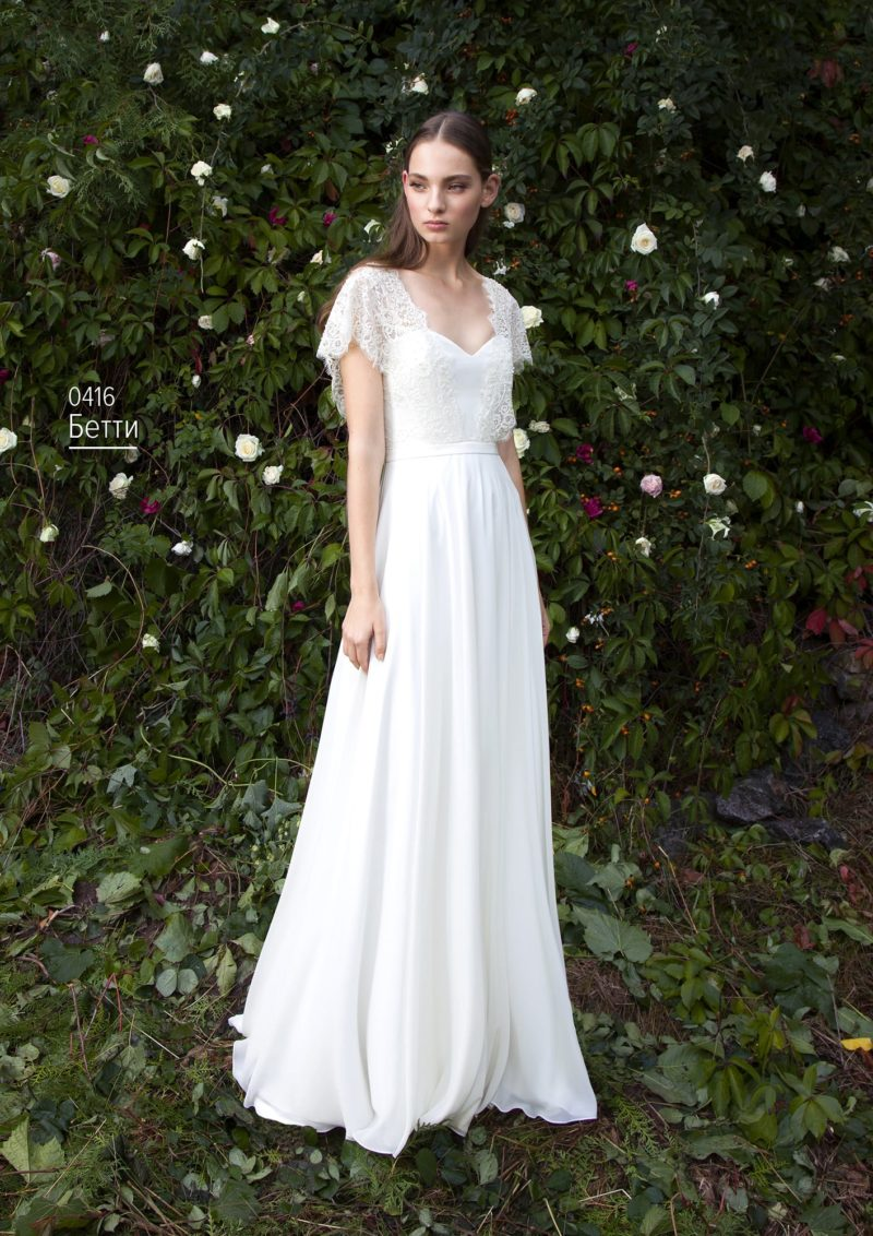 Прямое свадебное платье с утонченными кружевными бретелями и узким поясом.