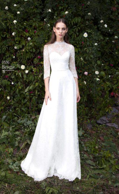 Свадебное платье «принцесса» с высоким кружевным воротником и поясом из атласа.
