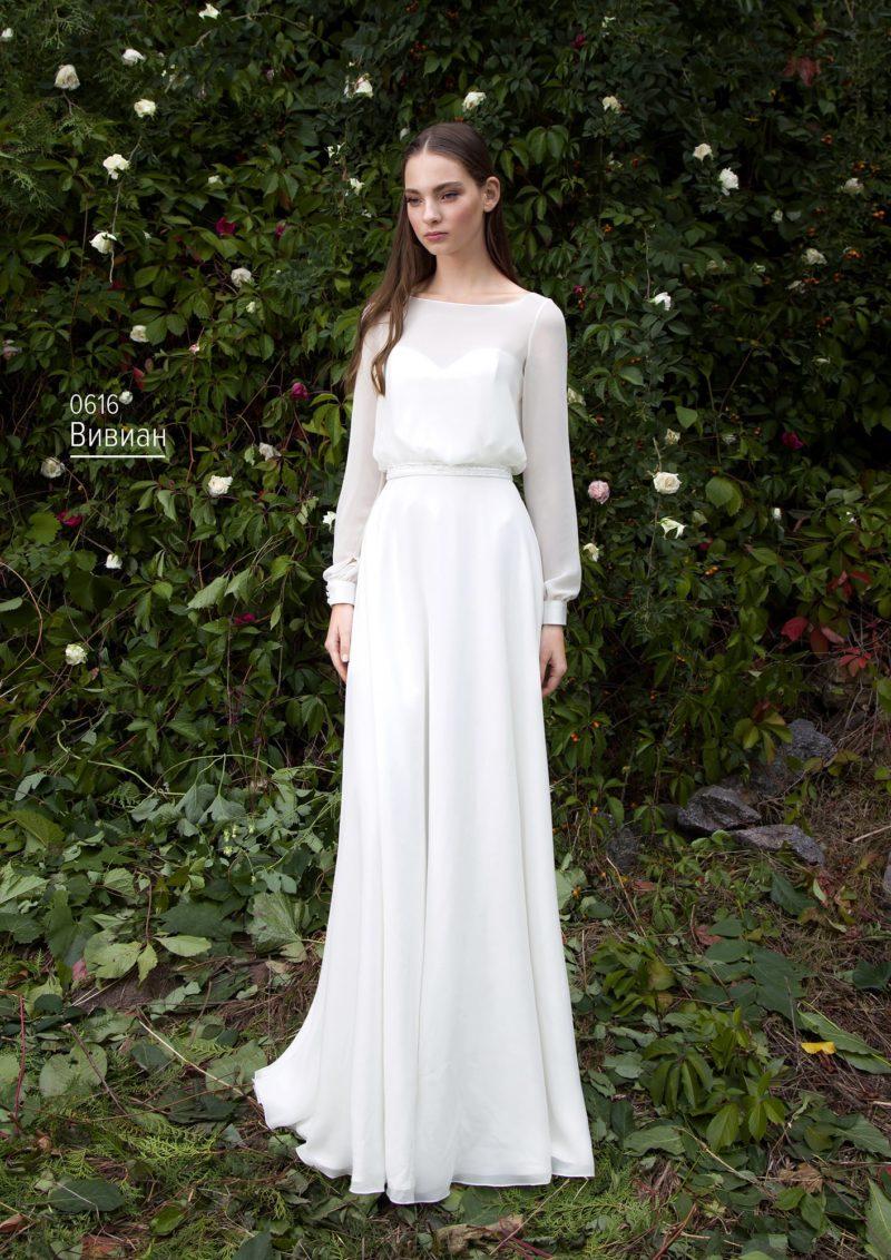 Утонченное свадебное платье прямого кроя с полупрозрачными рукавами с манжетами.