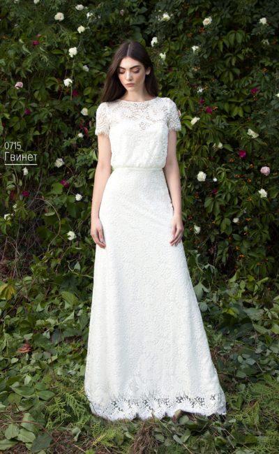 Лаконичное свадебное платье, покрытое плотным кружевом с мелким узором.