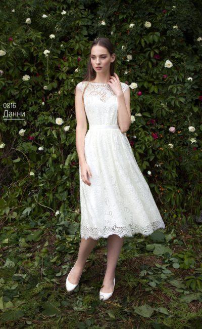 Свадебное платье с короткой юбкой А-силуэта, полностью покрытой кружевом.