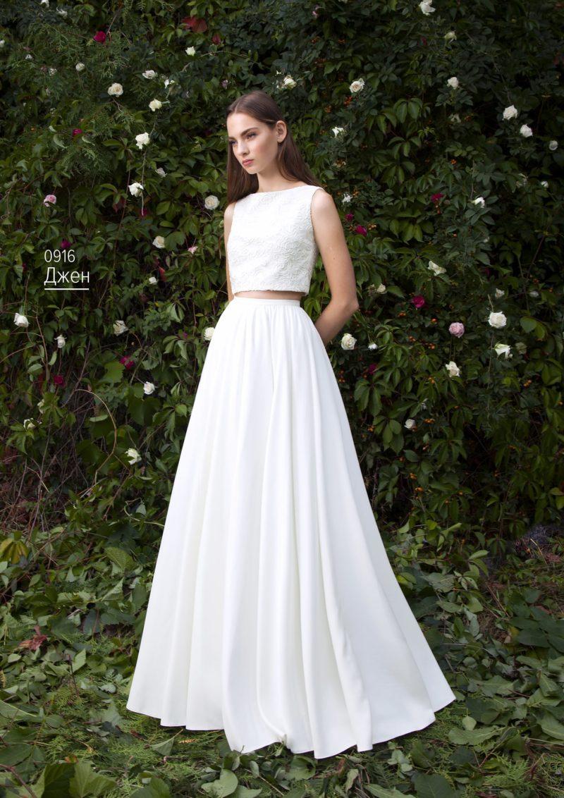 Свадебное платье с атласной юбкой А-силуэта и кружевным топом.