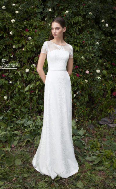 Изысканное свадебное платье, облегающее фигуру, с коротким кружевным рукавом.