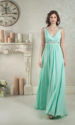 Светло-зеленое вечернее платье прямого кроя с V-образным декольте.