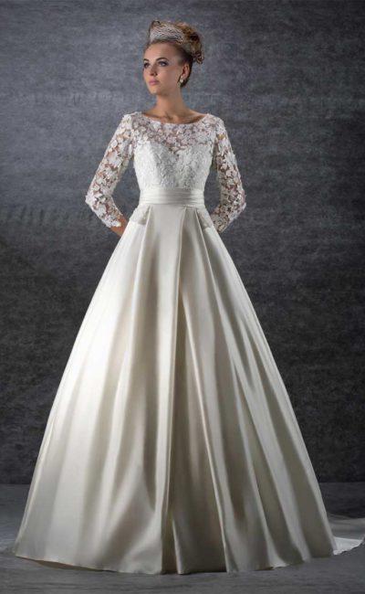 Изящное свадебное платье «принцесса» с широким поясом и рукавом из кружева.