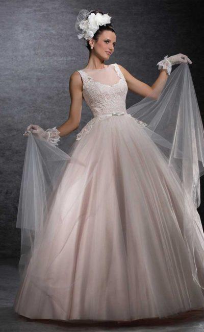 Пышное свадебное платье розового цвета с изящным кружевным верхом.