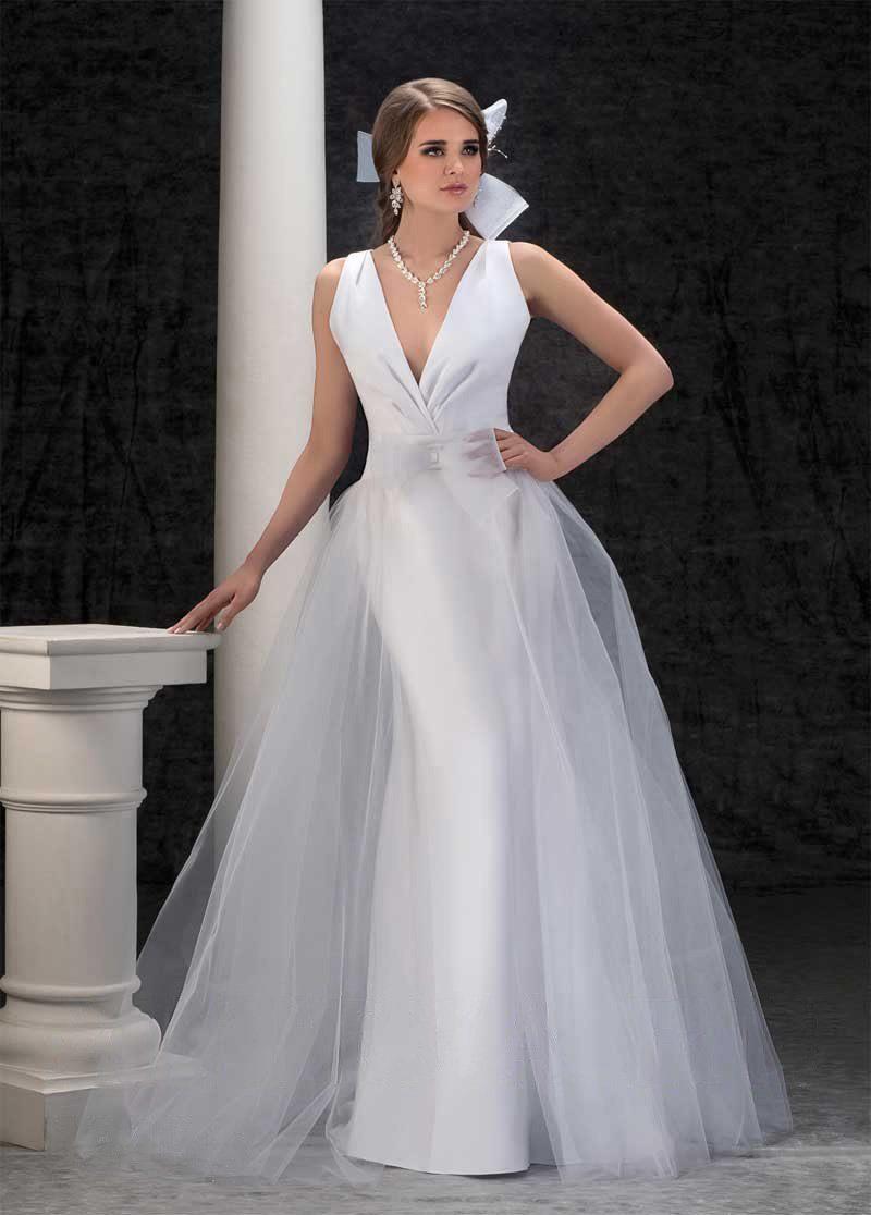Очаровательное свадебное платье с глубоким декольте и многослойной юбкой.