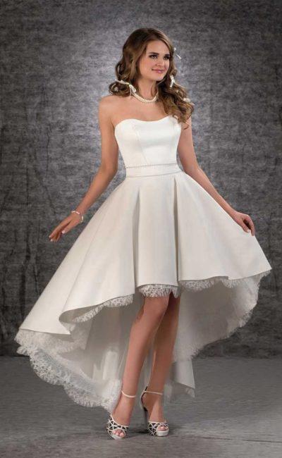 Неповторимое свадебное платье с укороченной спереди юбкой с кружевным декором.