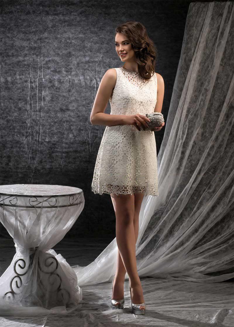 Короткое свадебное платье прямого кроя с кружевом по всей длине.