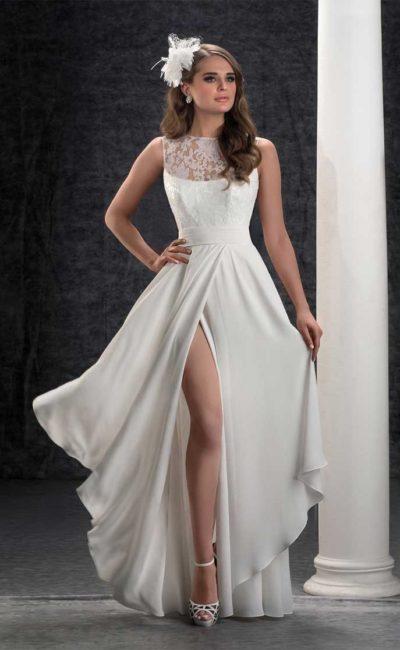 Свадебное платье с прямой юбкой, украшенной драпировками, и кружевным верхом.