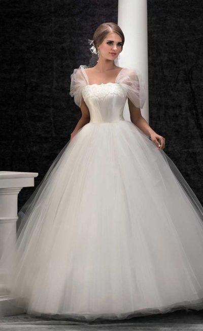 Фантазийное свадебное платье пышного кроя с прозрачными бретелями.