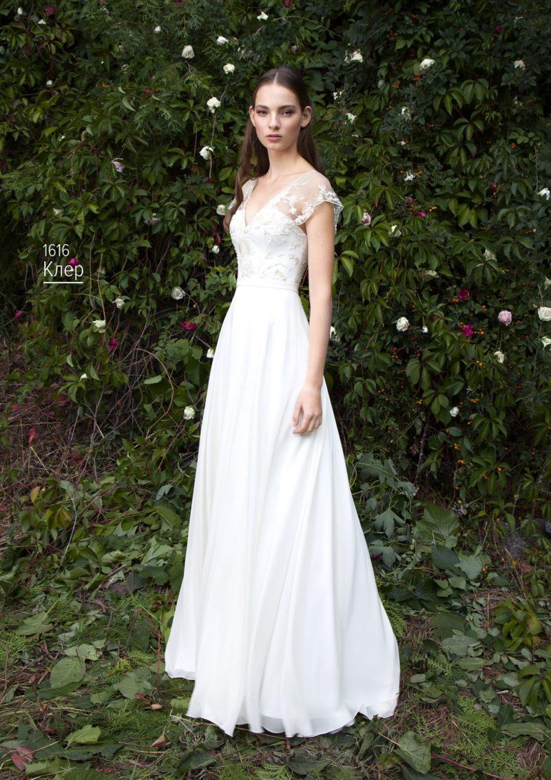 Лаконичное свадебное платье с тонким кружевом, создающим широкие бретели.
