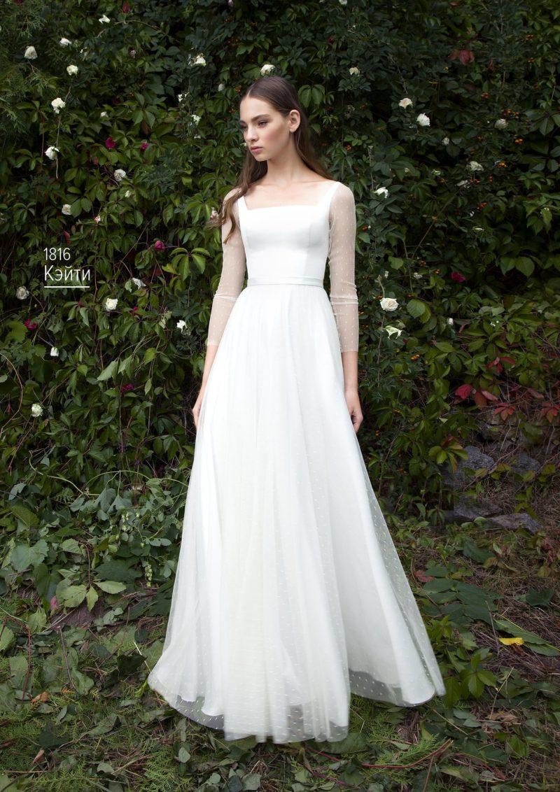 Свадебное платье с вырезом каре, многослойной юбкой и тонкими рукавами.