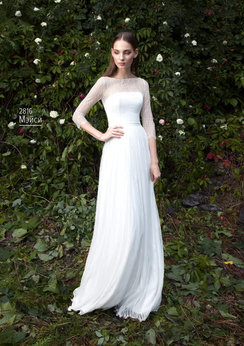 Прямое свадебное платье с изящным тонким рукавом из кружева длиной ¾.