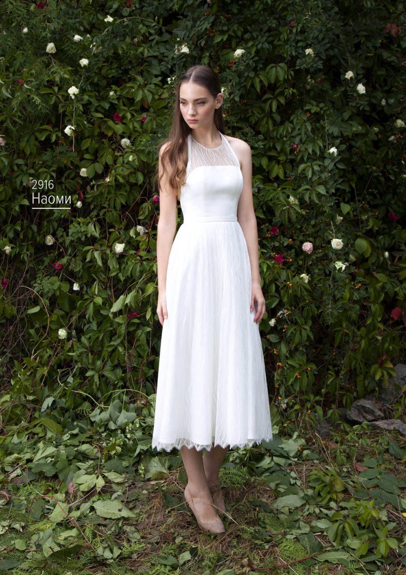 Свадебное платье длины миди с американской проймой и кружевным декором.
