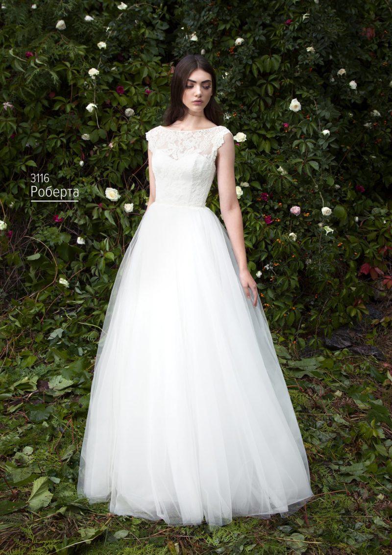 Свадебное платье с воздушной полупрозрачной юбкой и ажурным корсетом.