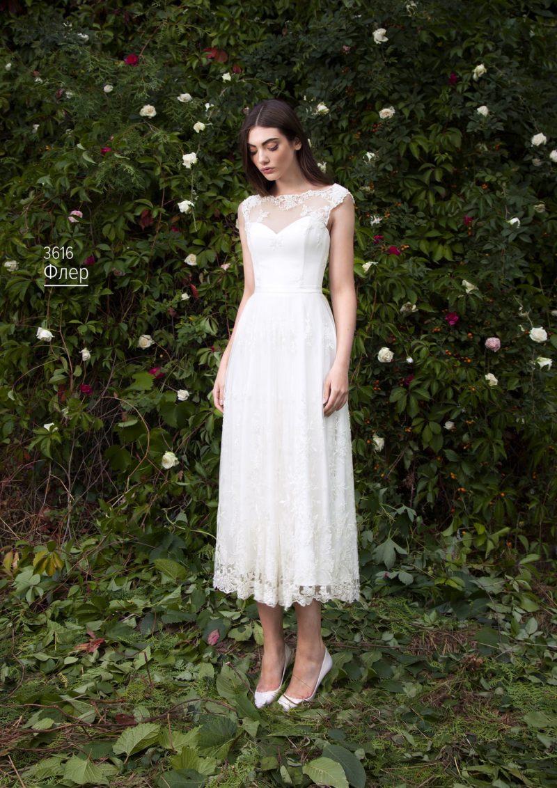 Кружевное свадебное платье с прямой юбкой до середины икры и коротким фигурным рукавом.