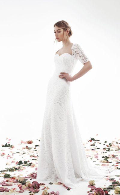 Прямое свадебное платье с женственным вырезом и коротким рукавом из кружева.