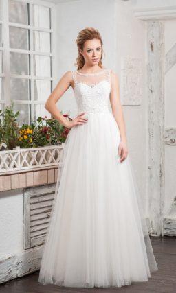 Закрытое свадебное платье с романтичной многослойной юбкой.