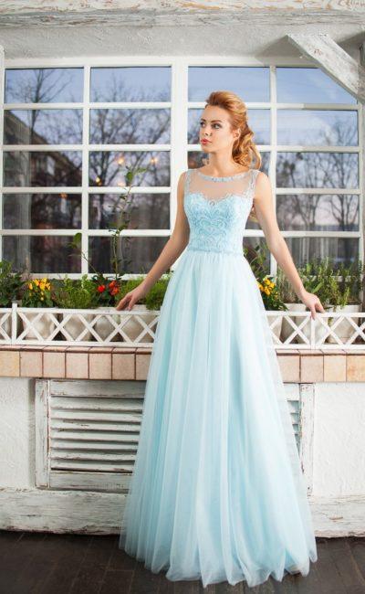 Голубое вечернее платье с многослойной юбкой и тонкой вставкой над лифом.