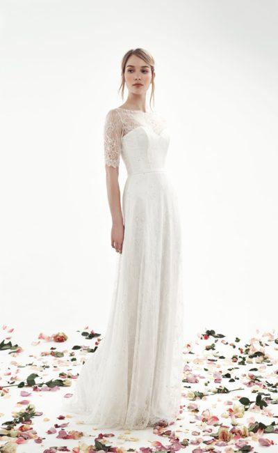 Прямое свадебное платье с коротким кружевным рукавом и вырезом под горло.