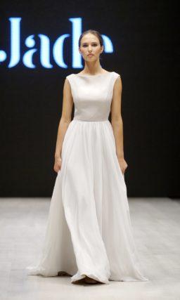 Прямое свадебное платье с открытой спиной и элегантным декольте лодочкой.