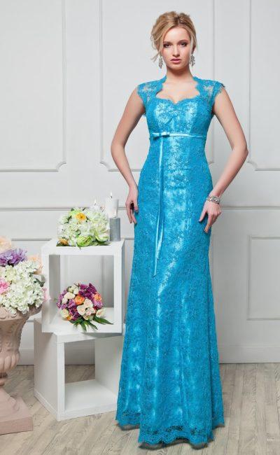 Кружевное вечернее платье насыщенного голубого цвета, с открытой спинкой и узким поясом.