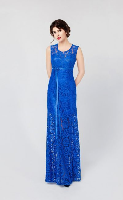 Прямое вечернее платье с открытой спинкой и кружевной отделкой над глянцевым атласом подкладки.