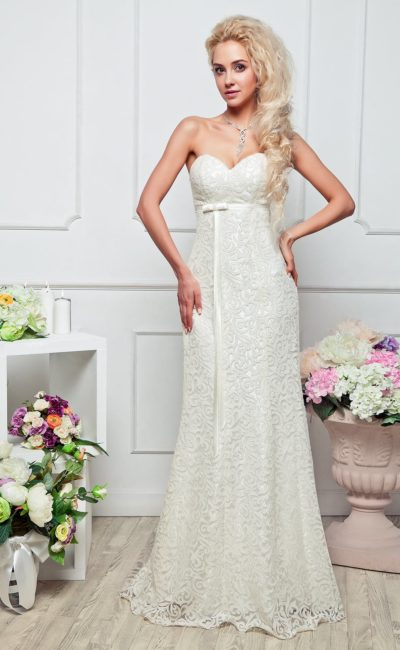 Открытое вечернее платье белого цвета с фактурной отделкой и узким поясом прямо под лифом.