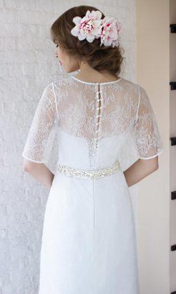 Деликатное свадебное платье с коротким полупрозрачным рукавом.