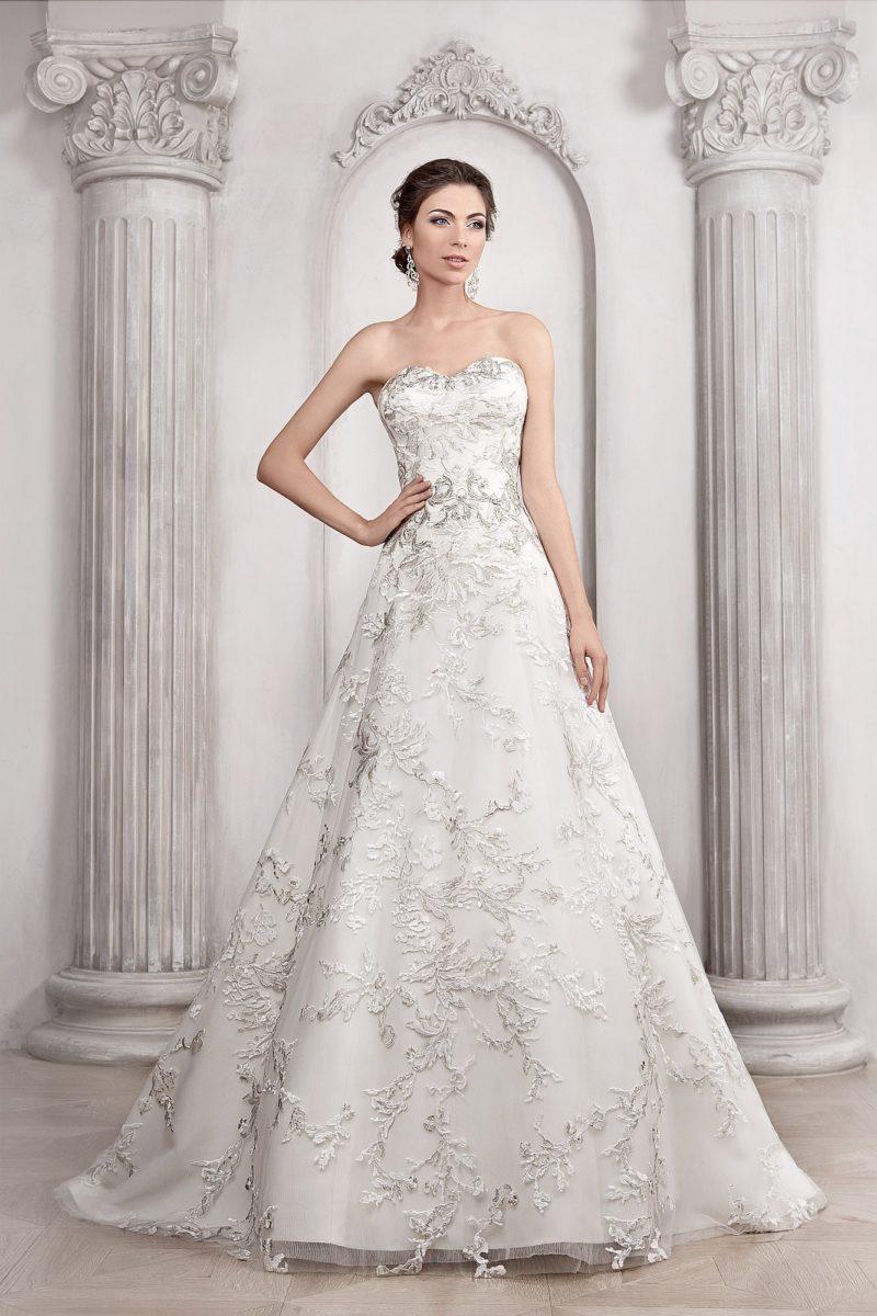 Открытое свадебное платье «принцесса» с фактурным сияющим декором по всей длине.