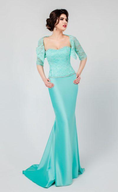 Атласное вечернее платье бирюзового цвета с открытым корсетом, покрытым кружевом.