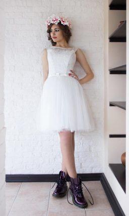 Короткое свадебное платье с вырезом лодочкой и кружевным корсетом.