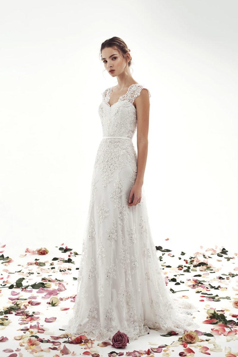 Кружевное свадебное платье с юбкой «принцесса» и широкими бретелями над лифом.