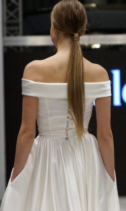 Атласное свадебное платье «принцесса» с портретным декольте с воротником.