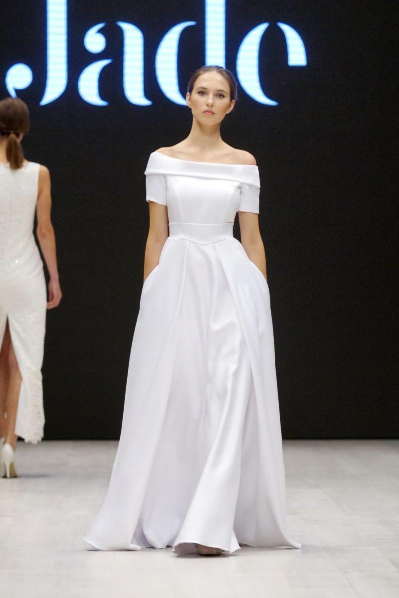 Атласное свадебное платье «принцесса» с широким воротником на портретном вырезе.