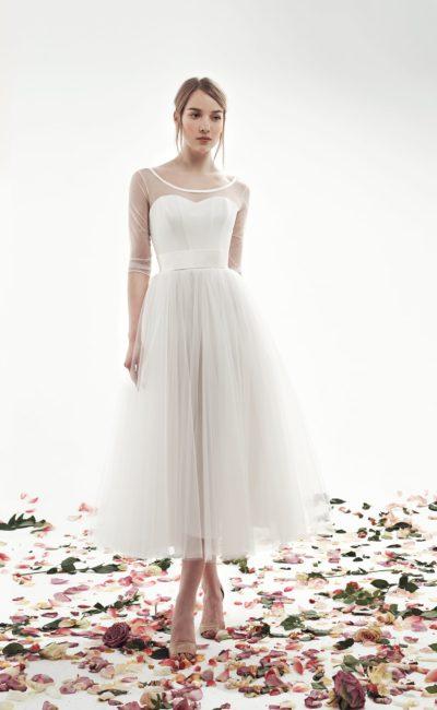 Романтичное свадебное платье с прозрачным рукавом и юбкой из тюльмарина.