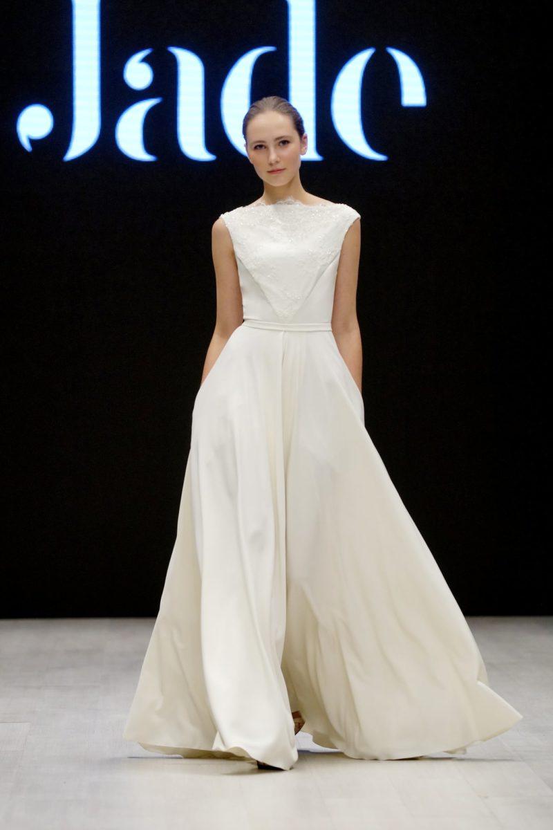 Прямое свадебное платье с закрытым верхом и ажурной отделкой.