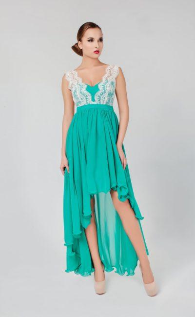 Бирюзовое вечернее платье с укороченным подолом спереди и белым кружевом на лифе.