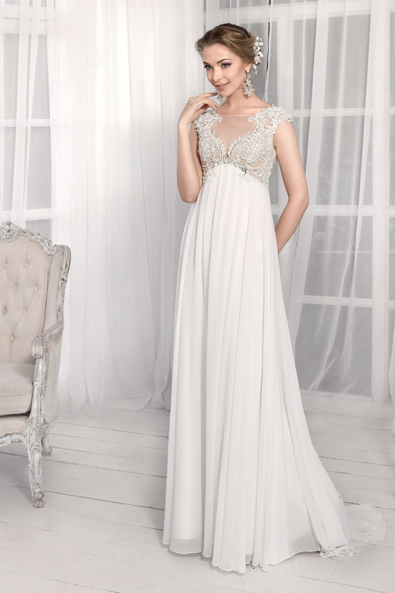 Прямое свадебное платье с завышенной линией талии, кружевным лифом и коротким рукавом.