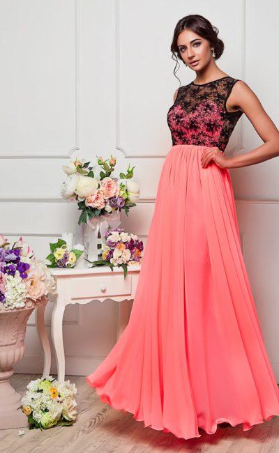 Элегантное вечернее платье кораллового оттенка с закрытым верхом, оформленным кружевом.