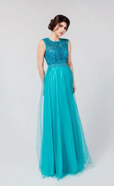 Прямое вечернее платье с многослойной юбкой и сияющим верхом, расшитым бисером в тон.