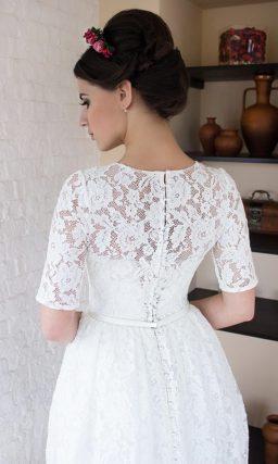 Элегантное свадебное платье прямого кроя с кружевным декором.