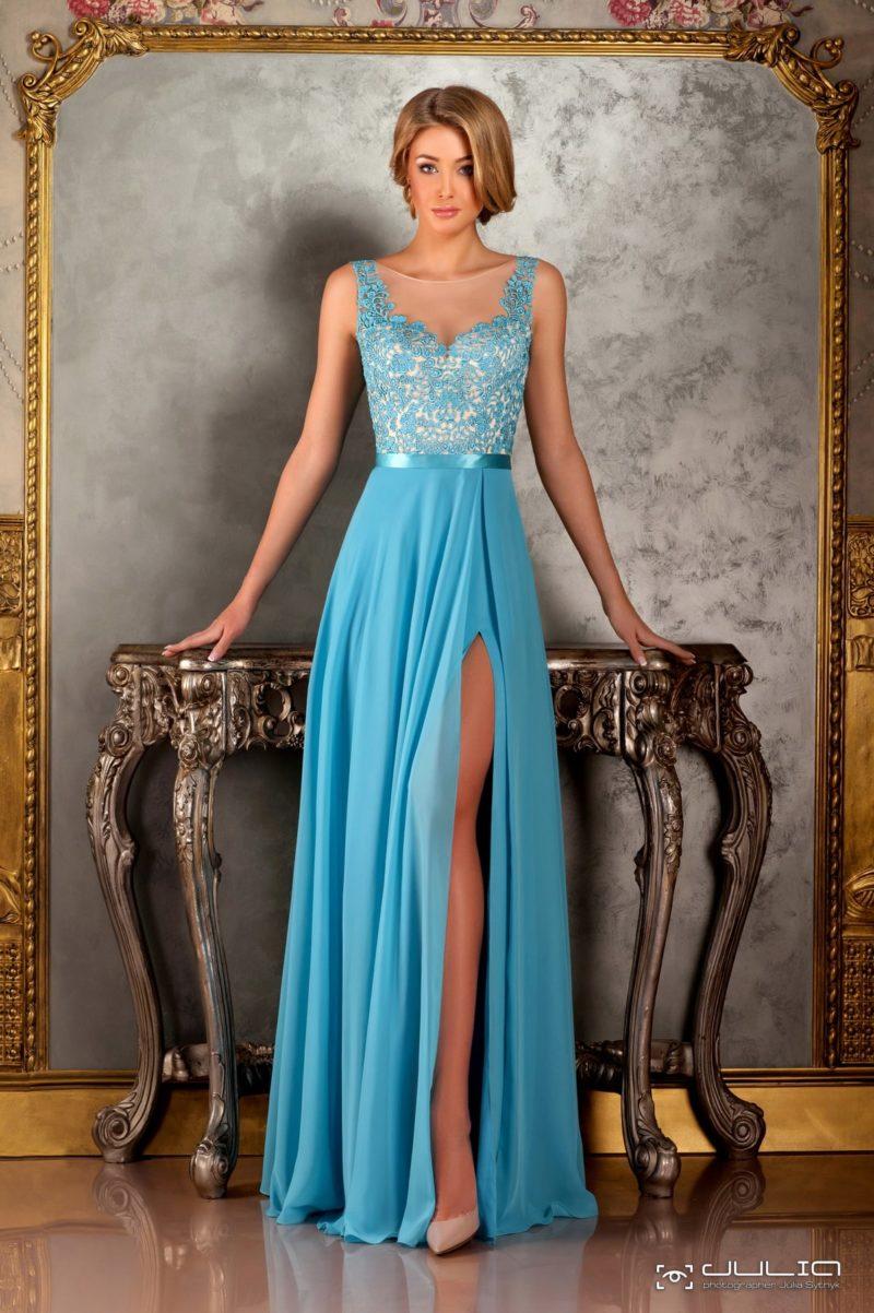 Эффектное вечернее платье с прямой юбкой, украшенной стильным разрезом.