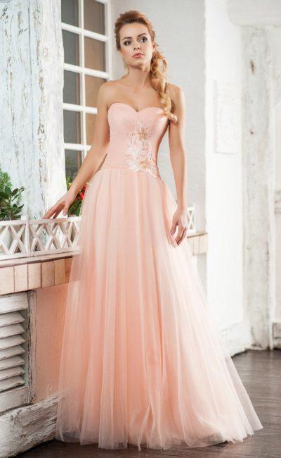 Персиковое вечернее платье с лифом-сердечком и воздушным подолом.