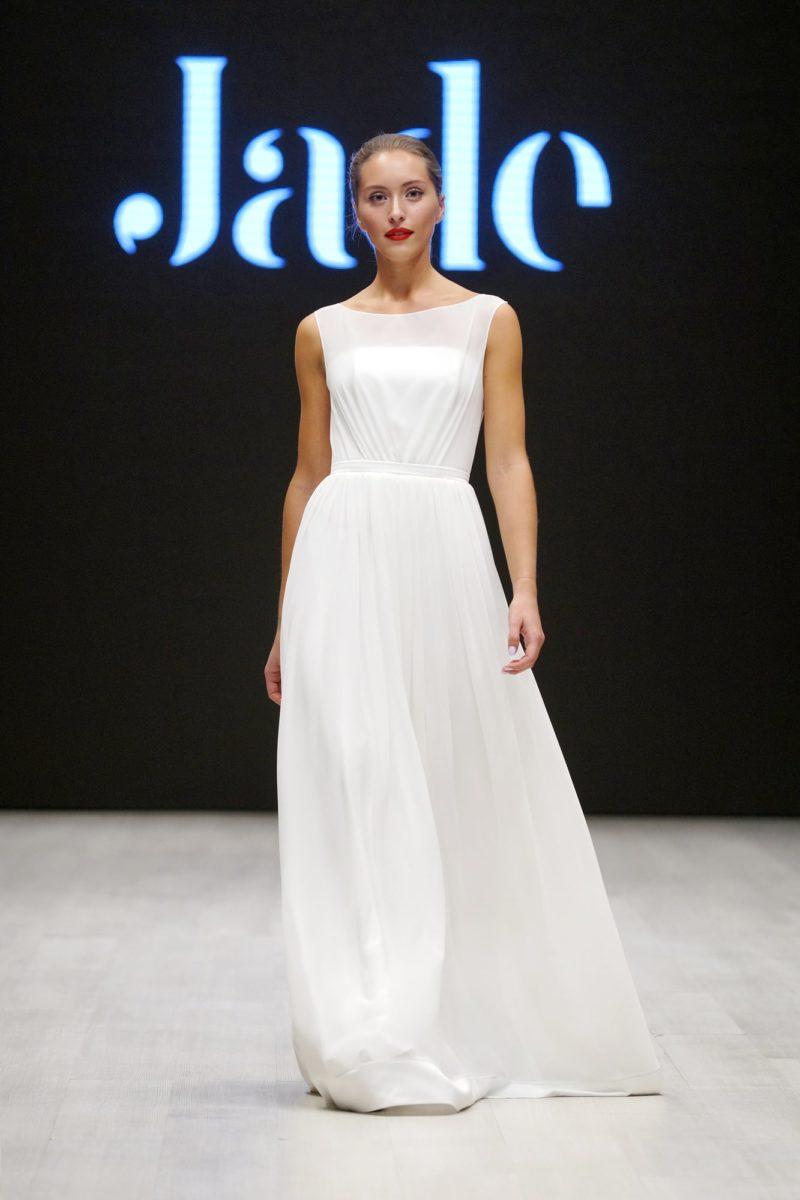 Элегантное свадебное платье с вырезом бато и полупрозрачным верхом.