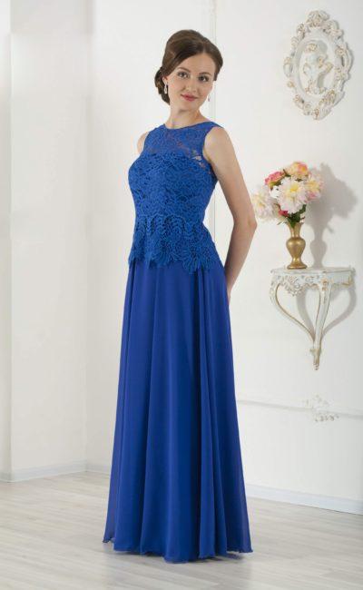 Прямое вечернее платье василькового цвета с облегающим кружевным лифом.